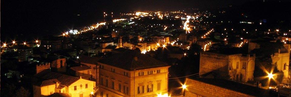 San Benedetto del Tronto. Au cours de la journée à la plage le soir à la ville médiévale.